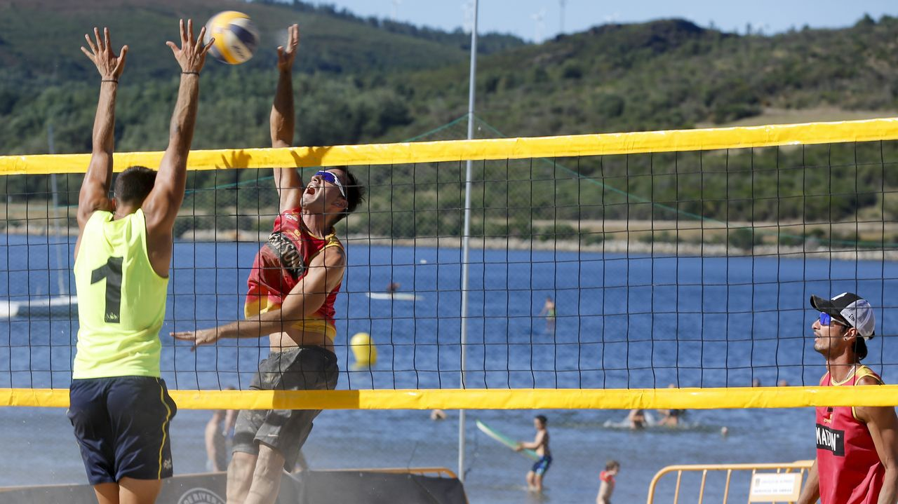 La playa del lago As Pontes vibró con el torneo de vóley playa