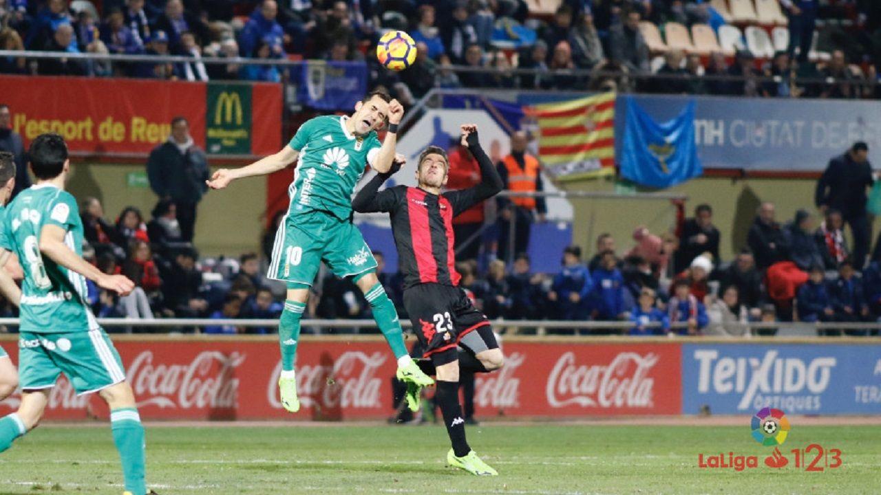Linares Real Oviedo Reus.Linares pugna por un balon con Tito