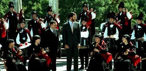 .<span lang= es-es >Allariz y Vilamarín, citas en 1998</span>. A la capital provincial se sumaron en la visita del 98 la villa de Allariz y el pazo de Vilamarín, donde el entonces príncipe escuchó a la Real Banda de Gaitas.