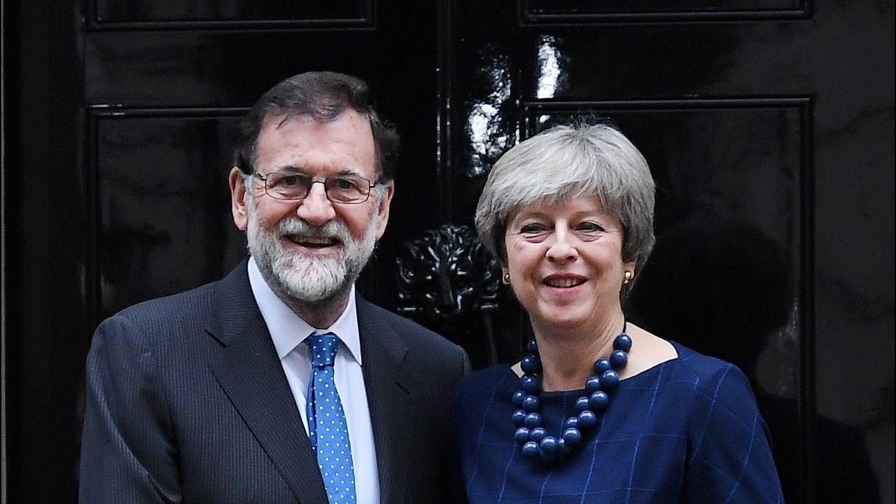 Theresa May certifica su apoyo a Rajoy en Cataluña.Michel Barnier (izquierda) se reunió con el ministro británico del brexit, David Davis
