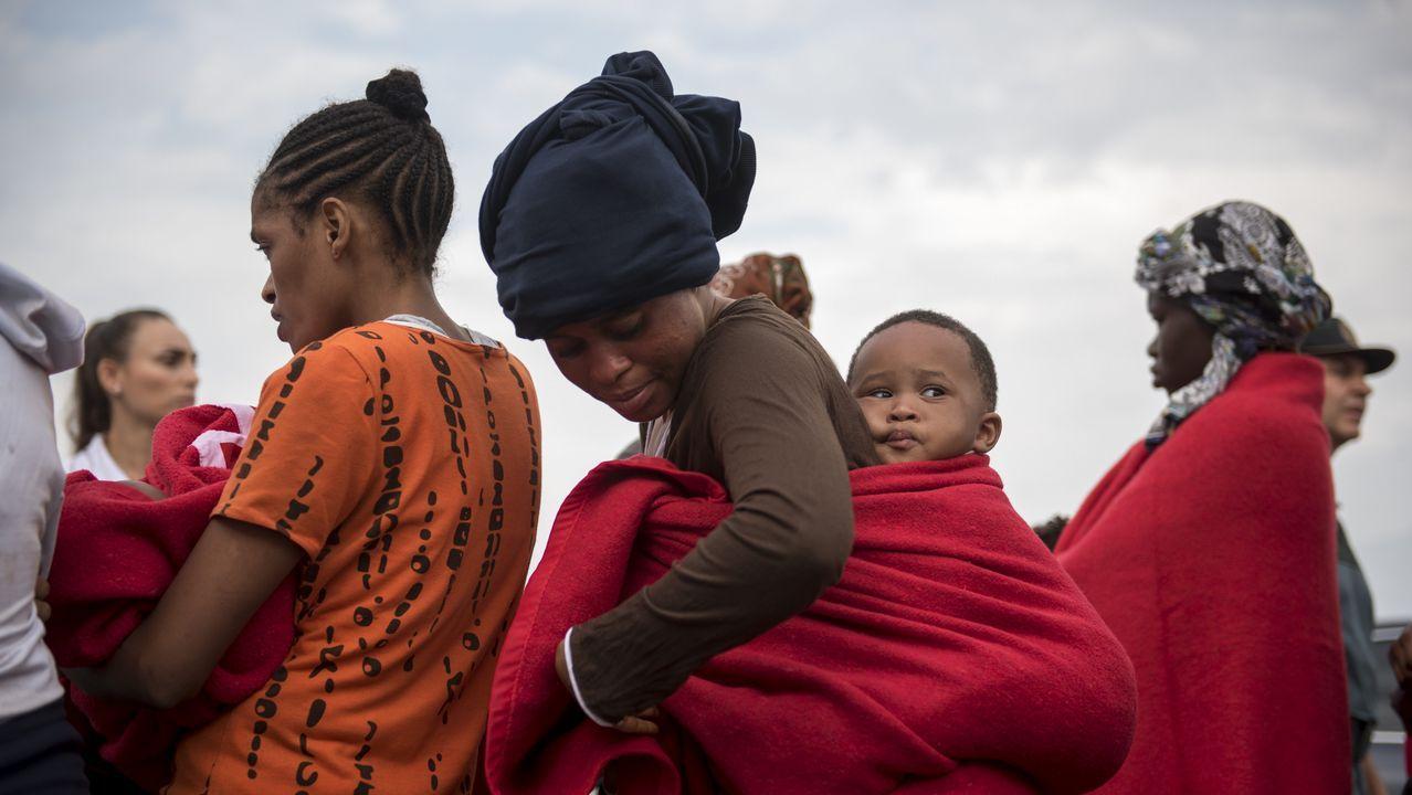 Polémica foto de Macron con dos jóvenes haciendo una «peineta».Inmigrantes en el puerto granadino de Motril tras ser rescatadas en el mar de Alborán