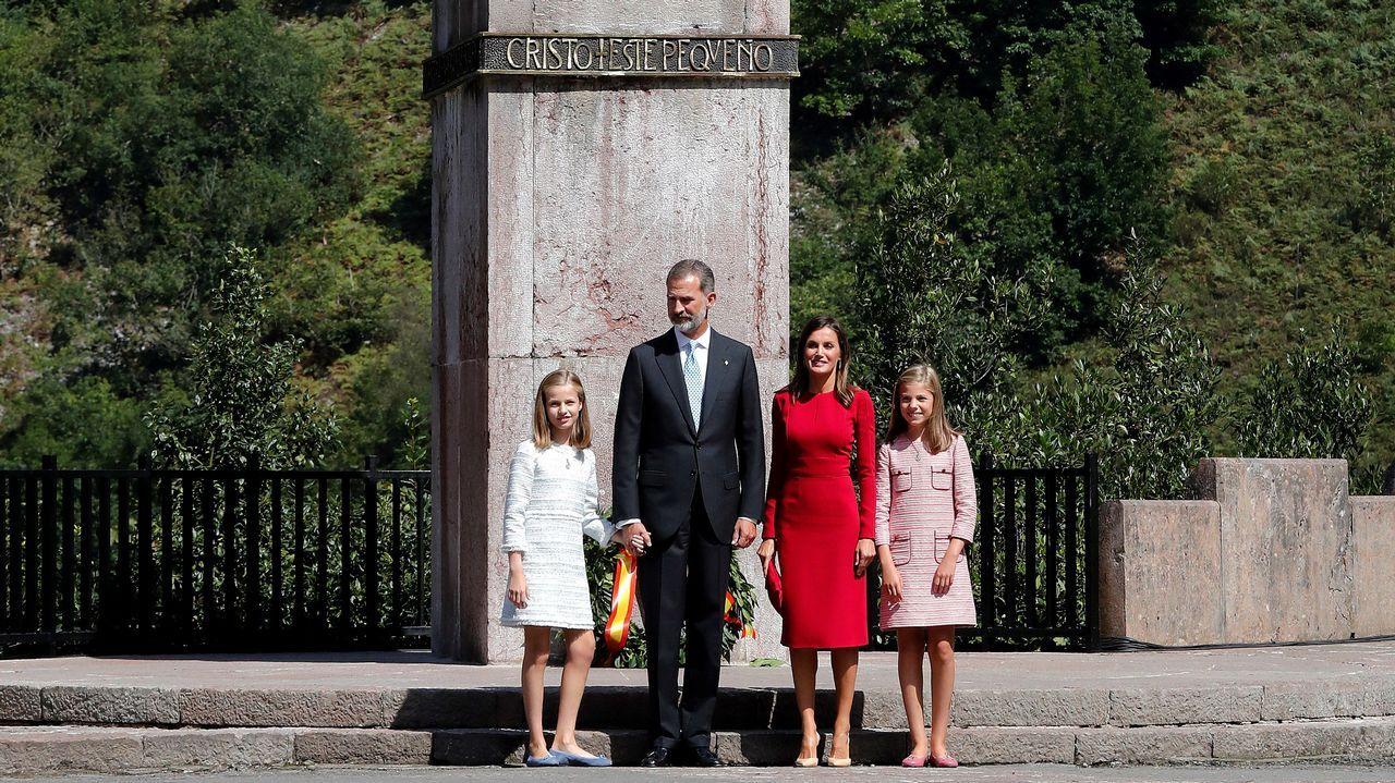 Los reyes Felipe y Letizia, junto a la princesa Leonor (i) y la infanta Sofía (d), realizan una ofrenda floral ante la estatua de Don Pelayo para conmemorar los 13 siglos transcurridos desde la fundación del Reino de Asturias, hoy en Covadonga