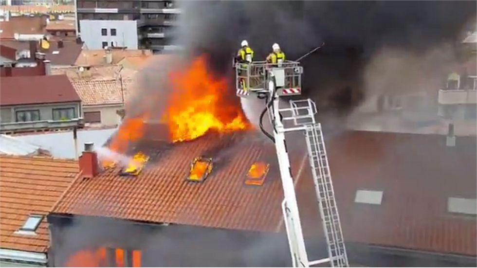 Bomberos de toda España reivindican a Eloy Palacio.Bomberos ante el incendio de la calle Uría, en Oviedo