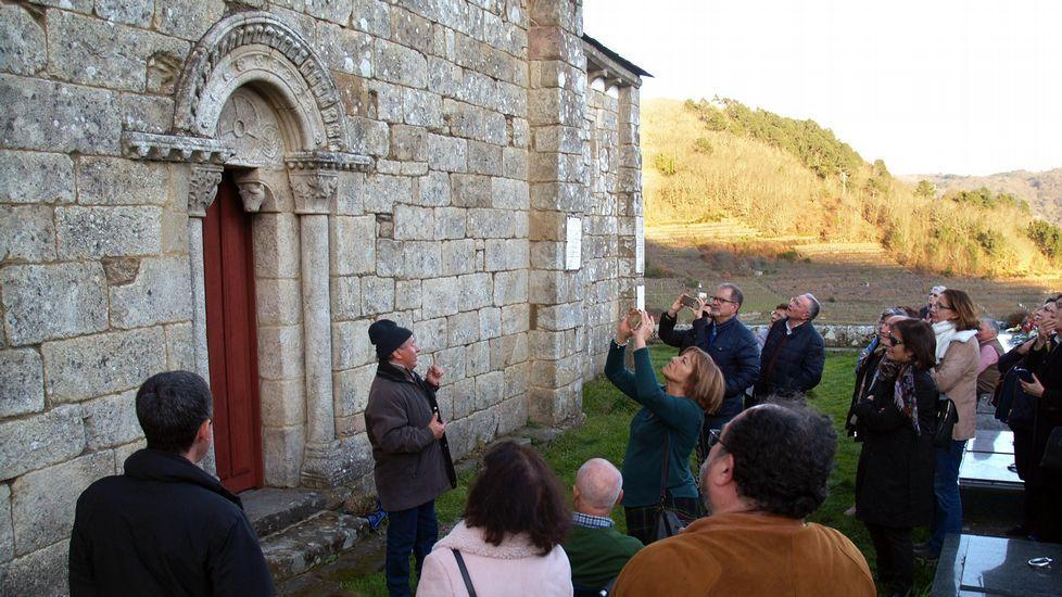 Visitantes en el exterior de la iglesia chantadina de Nogueira de Miño, que forma parte de las rutas de Semana Santa