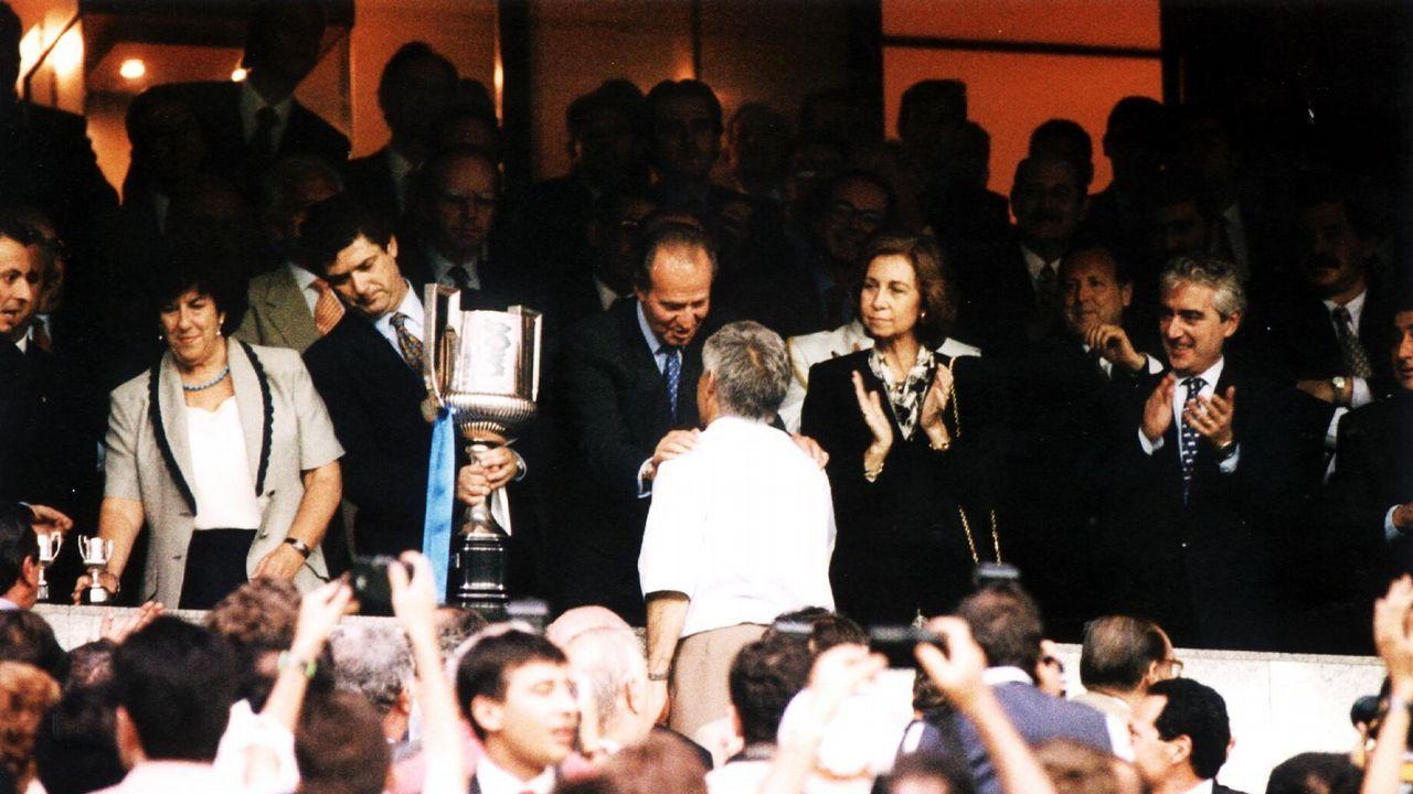 Los Reyes, charlando con el entonces entrenador del Deportivo, Arsenio Iglesias, en 1995: el equipo coruñés se acababa de convertir en campeón de la Copa del Rey