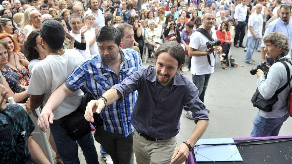 Los nuevos elementos del mobiliario urbano de Ferrol Vello.El líder de Podemos, durante su visita a Ferrol en julio del 2015