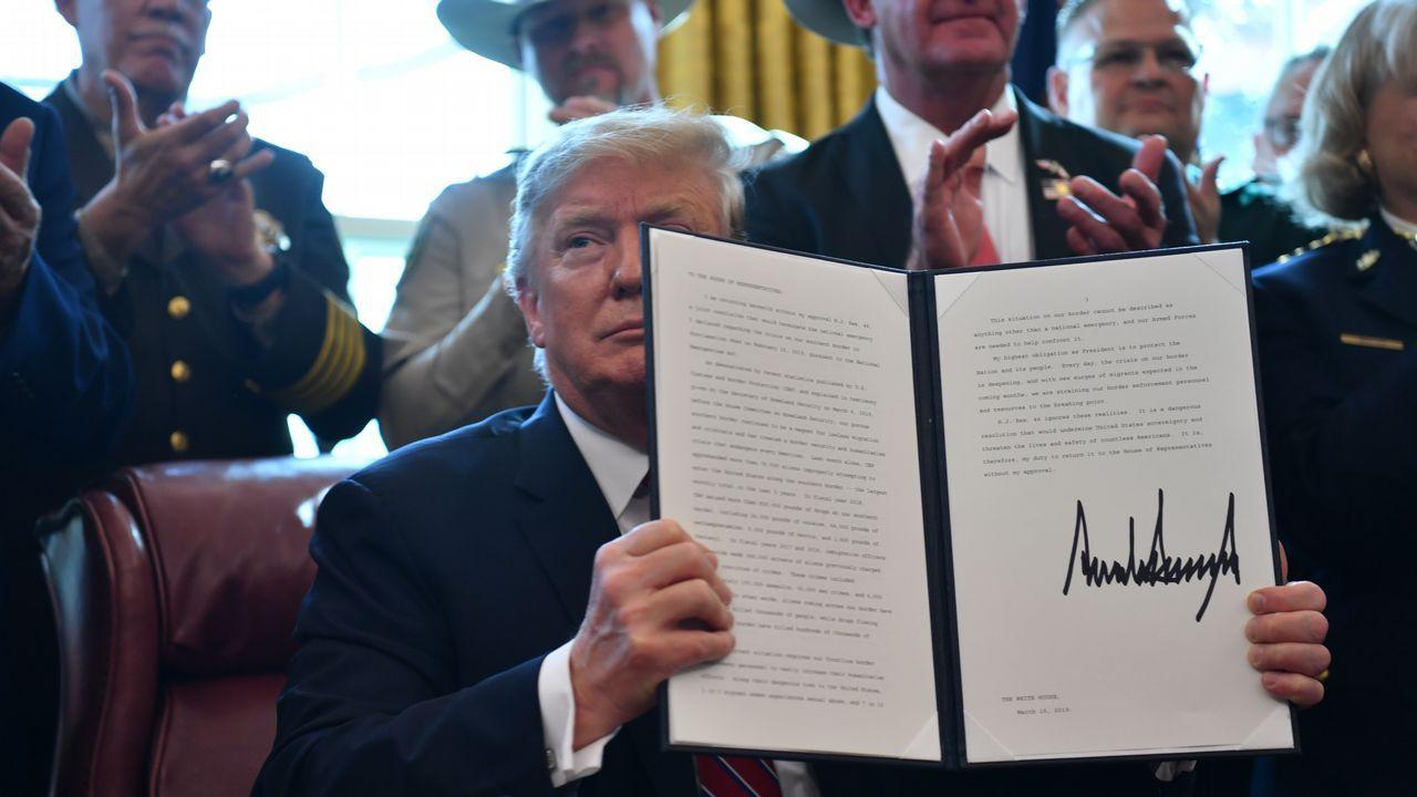 Trump muestra el documento del veto firmado