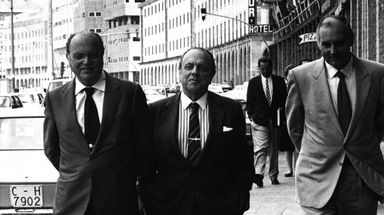 .Manuel Fraga, como presidente de la Xunta de Galicia, acompañado de Gerardo Fernández Albor y Romay Beccaria delante del Hotel Riazor en A Coruña