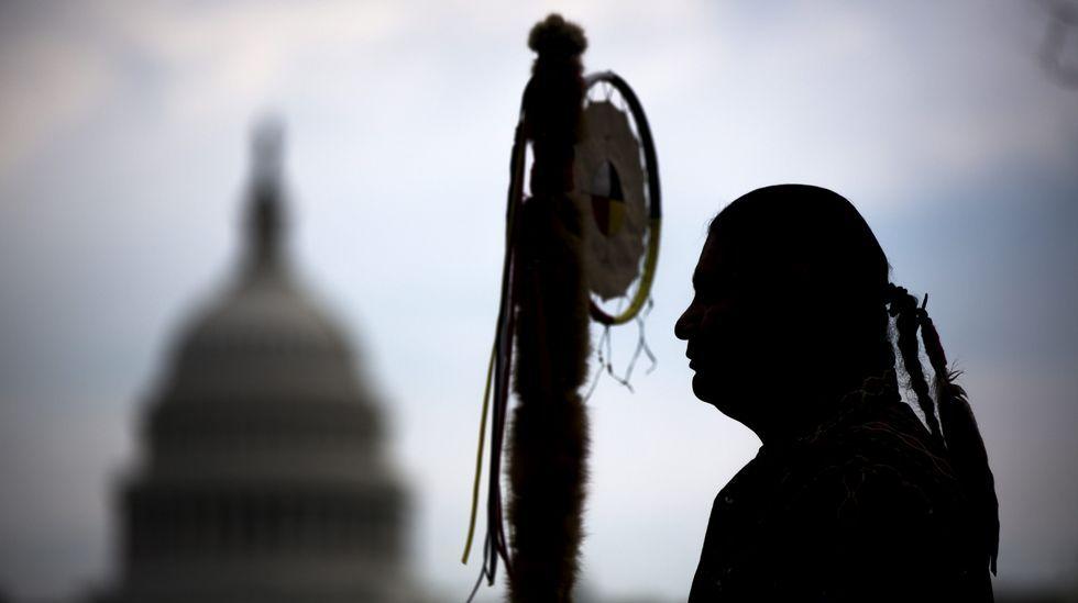 Imagen de un miembro de los Sioux de Dakota durante una protesta en abril del 2014 contra la construcción de uno de los oleoductos autorizados este martes  por Trump