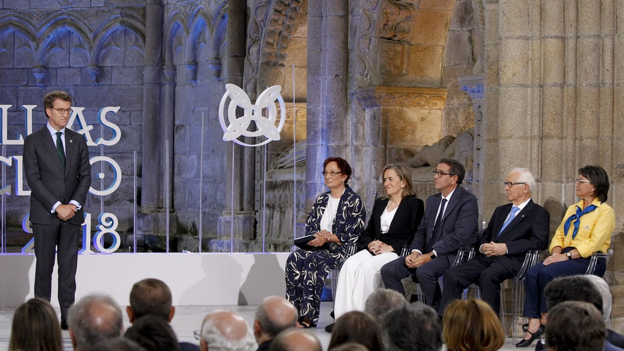 La reina Sofía y el ministro de Cultura, en la inauguración de la restauración del Pórtico de la Gloria.El presidente, con el grupo de premiados en el acto de ayer en Santiago