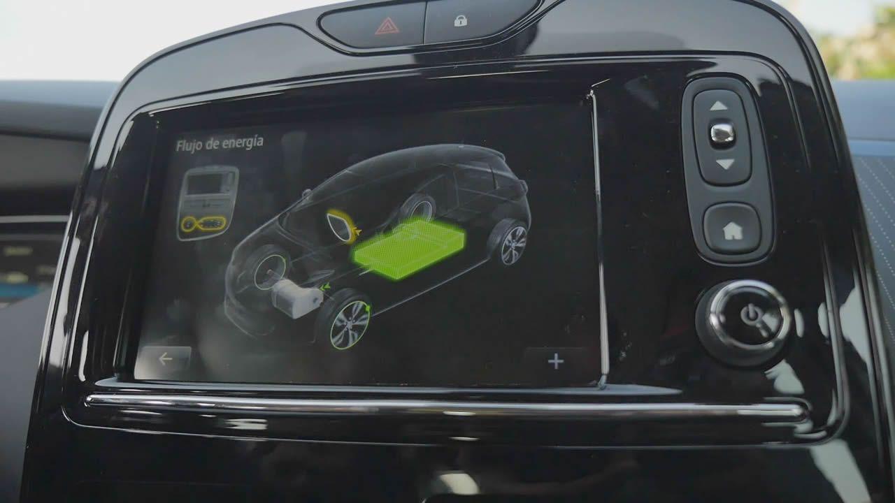 La pantalla central tiene una opción para informar de si se está consumiendo batería acelerando o encendiendo la climatización. Se ilumina en azul en las bajadas, dado que la frenada regenerativa la carga