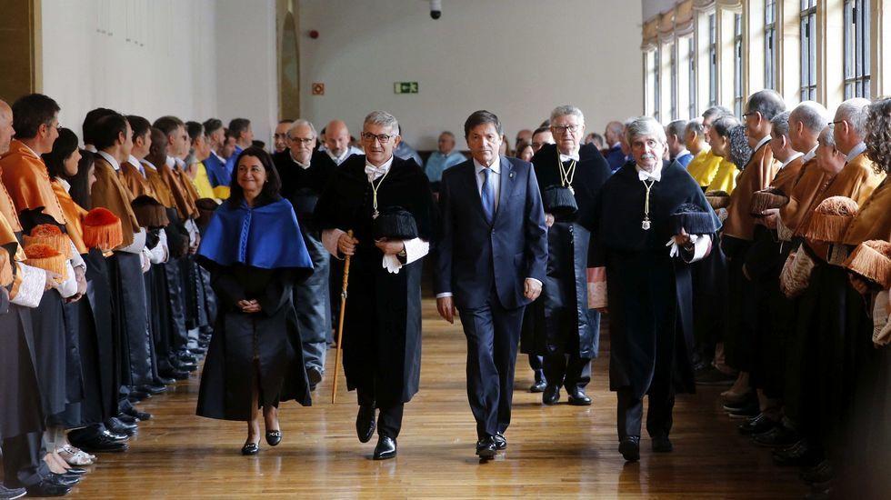 El presidente del Principado, Javier Fernández (2d), junto al rector de la Universidad de Oviedo, Santiago García Granda (2i), al inicio del acto de inauguración del curso de la institución académica asturiana, en el que ha anunciado un nuevo modelo de financiación plurianual para la Universidad de Oviedo.