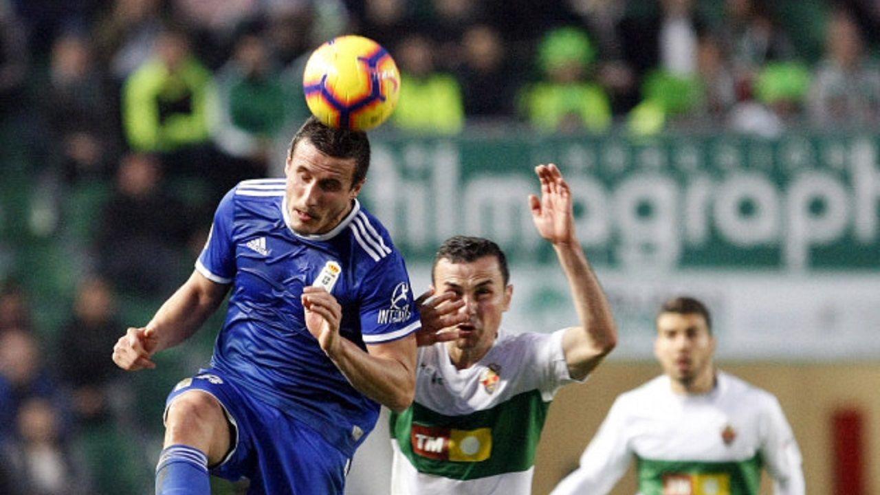 Christian Fernandez Elche Real Oviedo Martinez Valero.Christian Fernández cabecea un balón ante el Elche