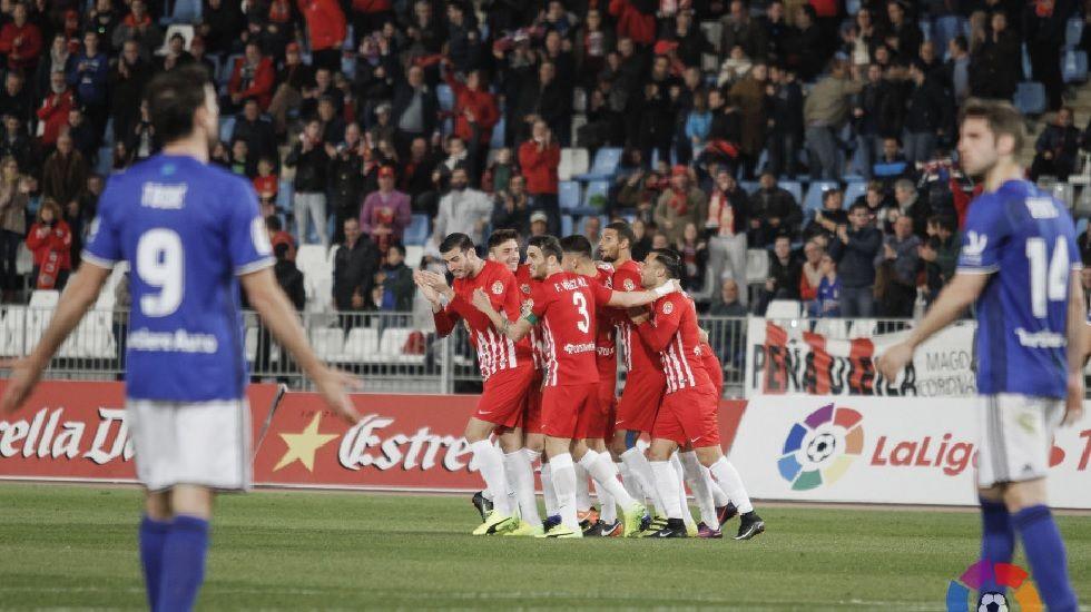 Los jugadores del Almería celebran el primer tanto del encuentro