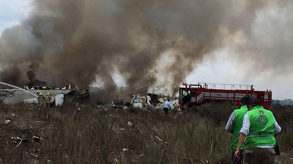 .Equipos de socorro se dirigen hacia el avión de Aeroméxico estrellado en Durango