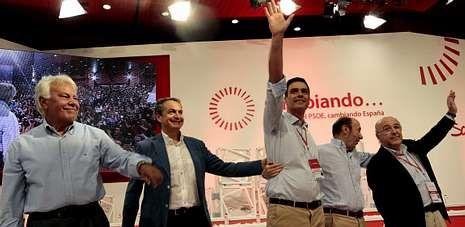 Pedro Sánchez, rodeado de sus antecesores en la secretaría general del PSOE: González, Zapatero, Rubalcaba y Almunia.