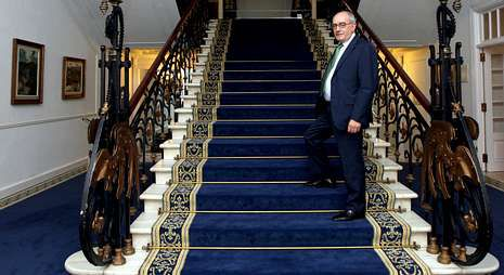 Marcos, en todo un icono del Gran Hotel, sus escaleras.