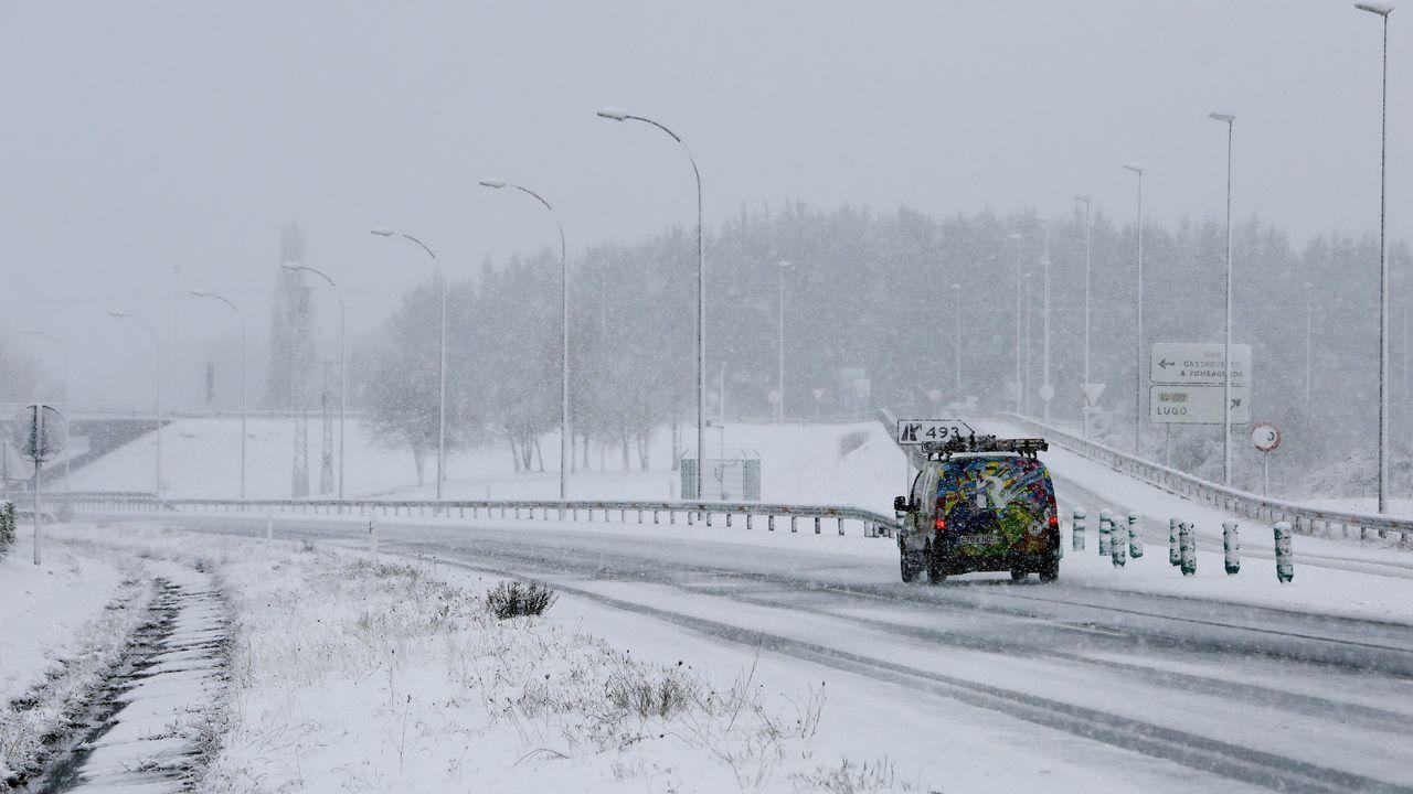 La nieve dificulta la circulación por la autovía A-6 en el entorno de los accesos a la carretera de A Fonsagrada.
