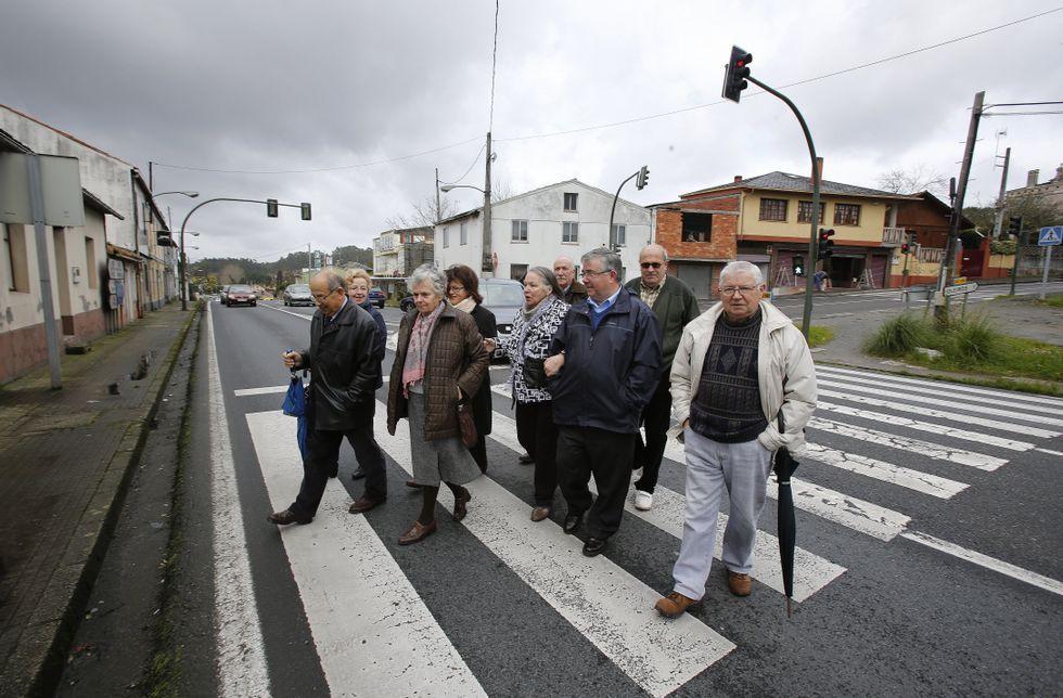 Noa, la perrita «deshauciada».Los vecinos de O Carballo quieren que se garantice el paso peatonal en el mismo punto.