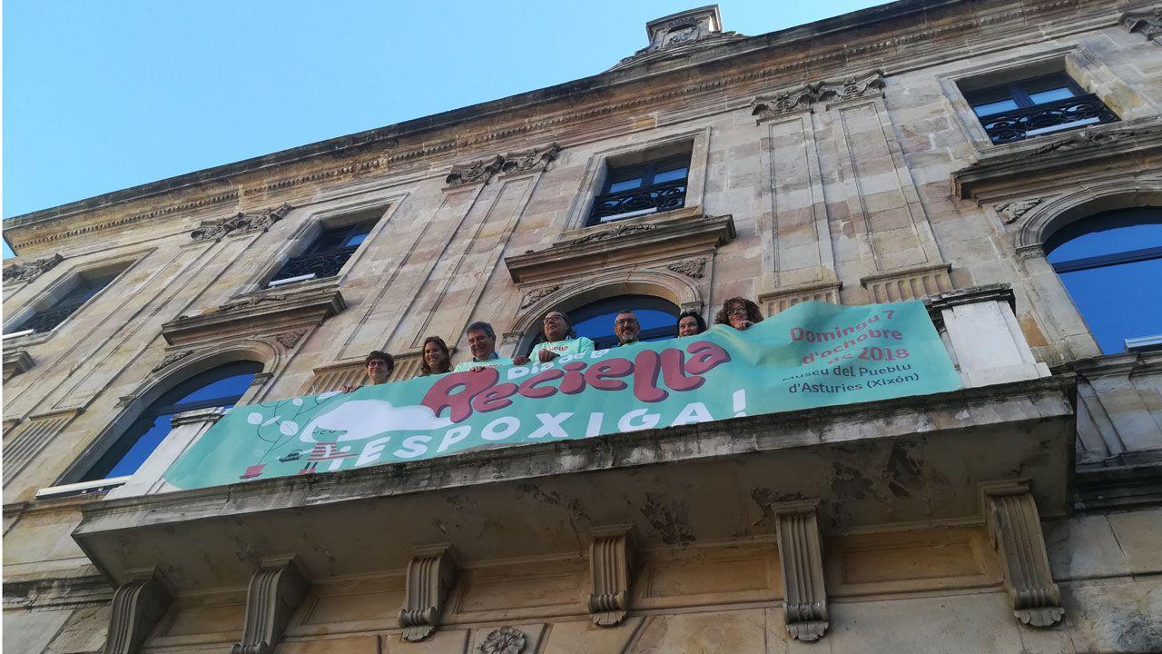 Lobos grande.Representantes de grupos municipales gijoneses junto al cartel del Día de la Reciella 2018