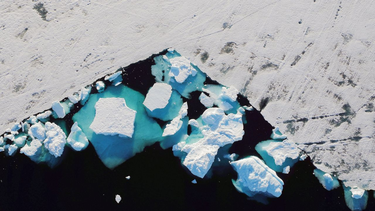 La borrasca Laura agua el entroido a los gallegos.Un iceberg flota en un fiordo cerca de la ciudad de Tasiilaq, Groenlandia