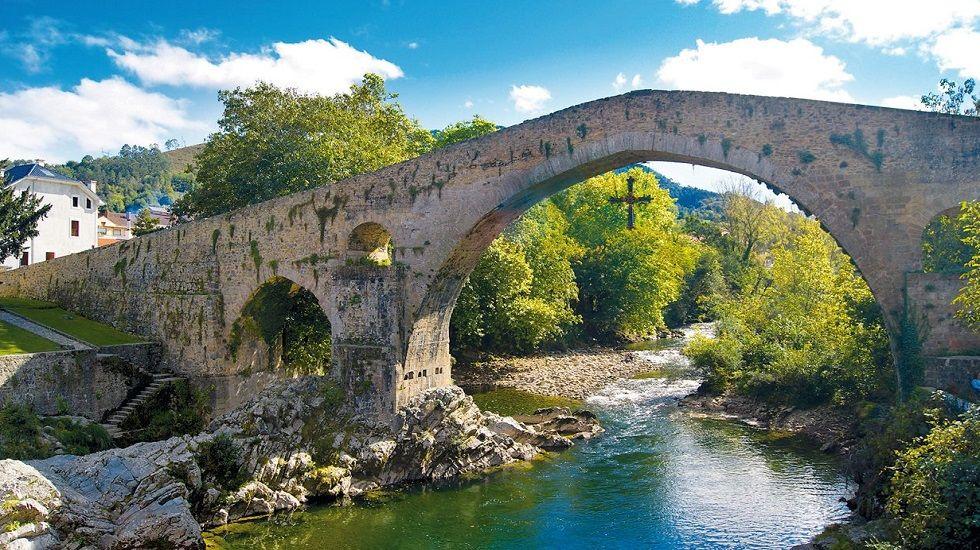 Así sería un apocalipsis extraterreste en Asturias.El Puente Romano, en Cangas de Onís