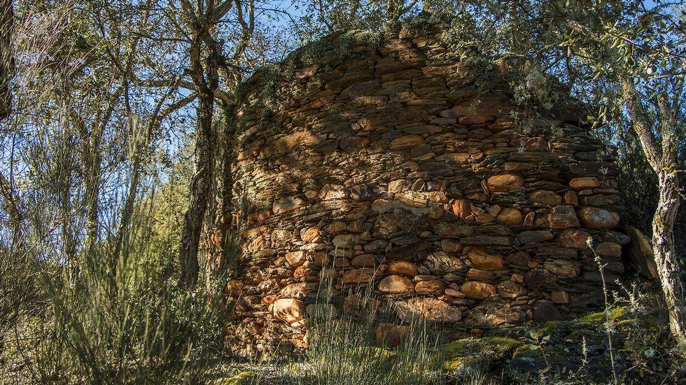 En el camino se encuentran las ruinas de un curioso sequeiro de castañas de planta circular