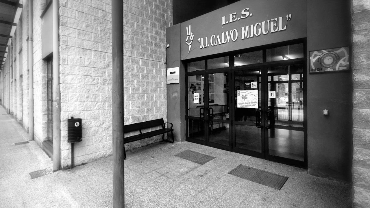 Acceso principal al instituto Juan José Calvo Miguel, de Sotrondio