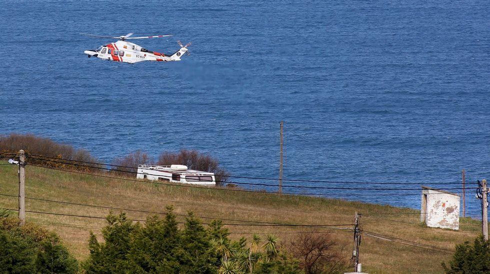 .El 'Helimer' sobrevuela los acantilados de la costa Oeste de Gijón en la búsqueda de Lorena Torre