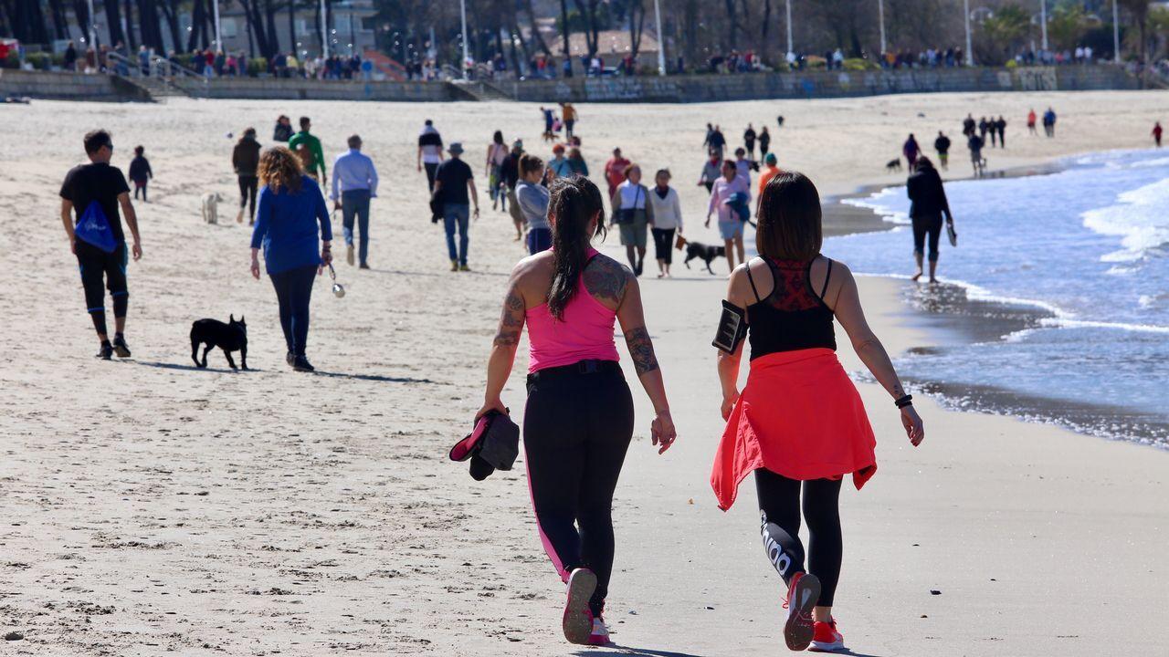 Las mil y una marquesinas gallegas.Gente paseando por Samil el Día del Padre