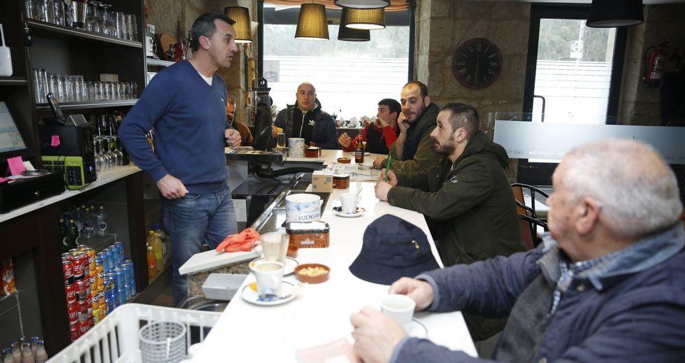 .En el bar A Chan, en el centro de Carballedo, la fusión de Cotobade y Cerdedo seguía siendo ayer el principal tema de tertulia.