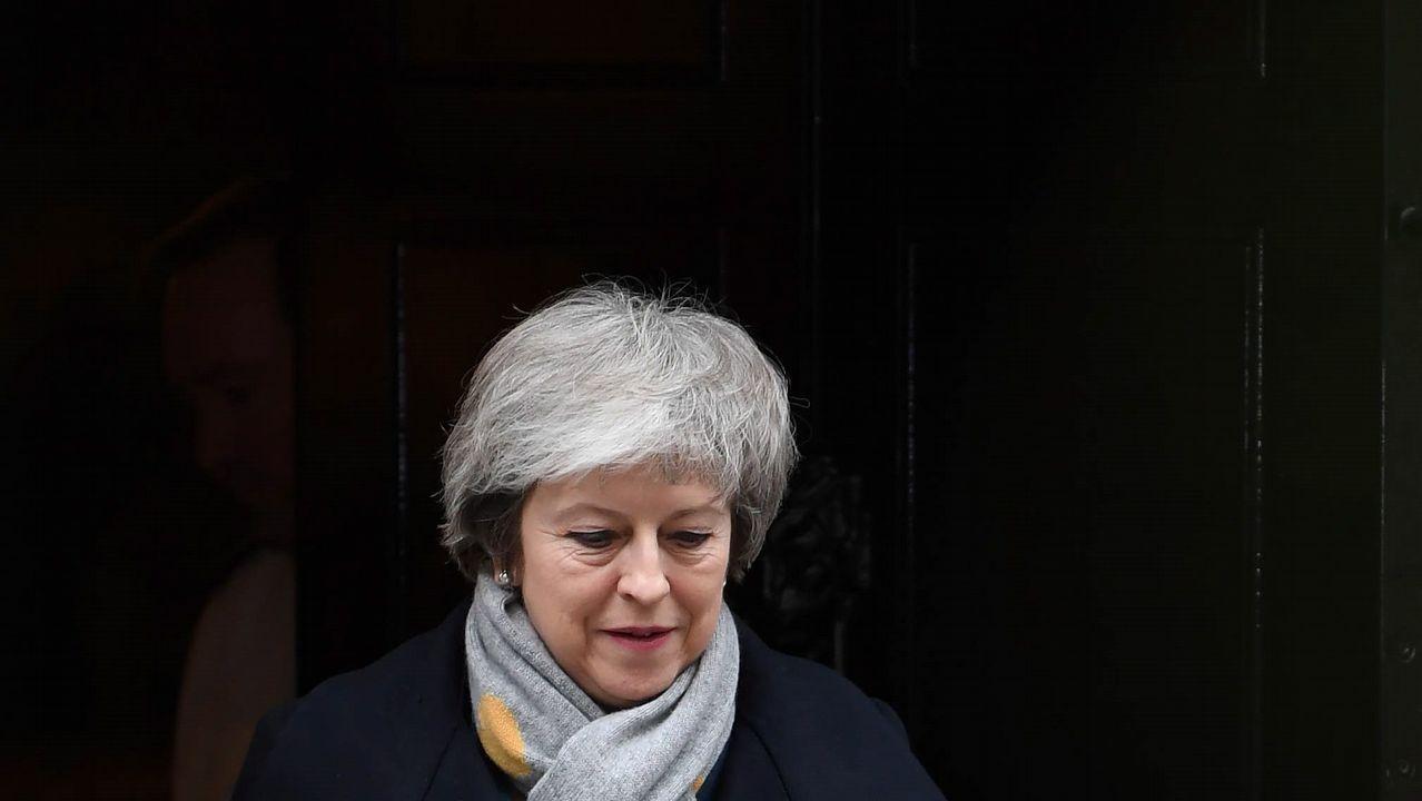 La primera ministra británica, Theresa May, sale de su residencia oficial en Downing Street en Londres hoy, 15 de enero de 2019. El Parlamento vota hoy el acuerdo sobre el  brexit  alcanzado entre el Reunio Unido y la Unión Europea, que cuenta con un amplio rechazo de los diputados