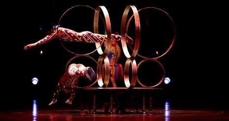 Artistas chinos en plena ejecución de un número de «hoop diving», una tradición acrobática oriental que en el Cirque du Soleil mueve diez gimnastas.