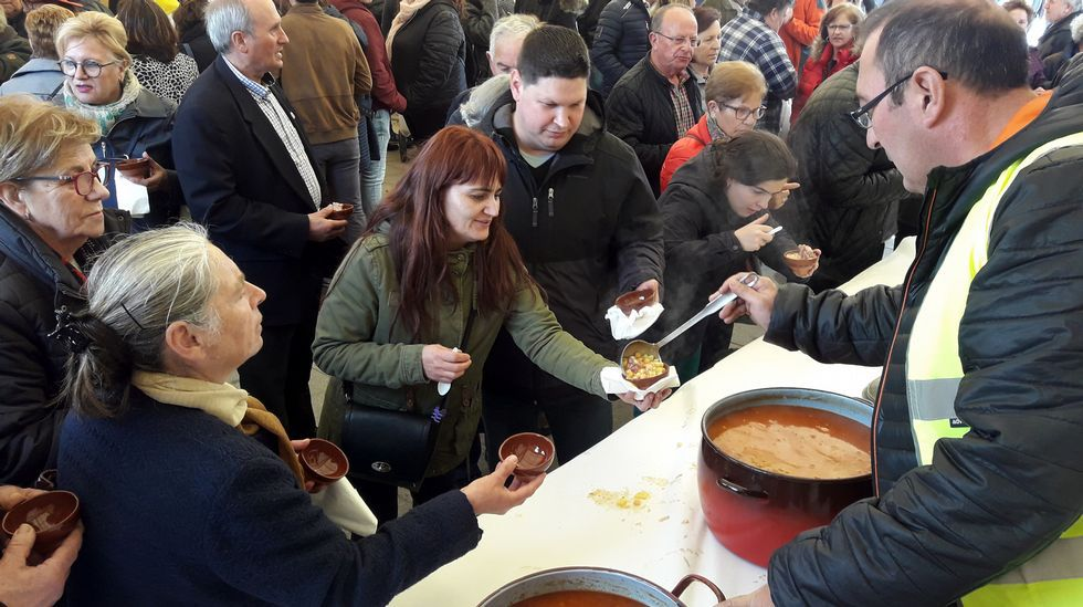 Un momento de la degustación gratuita del caldo de ósos en Taboada