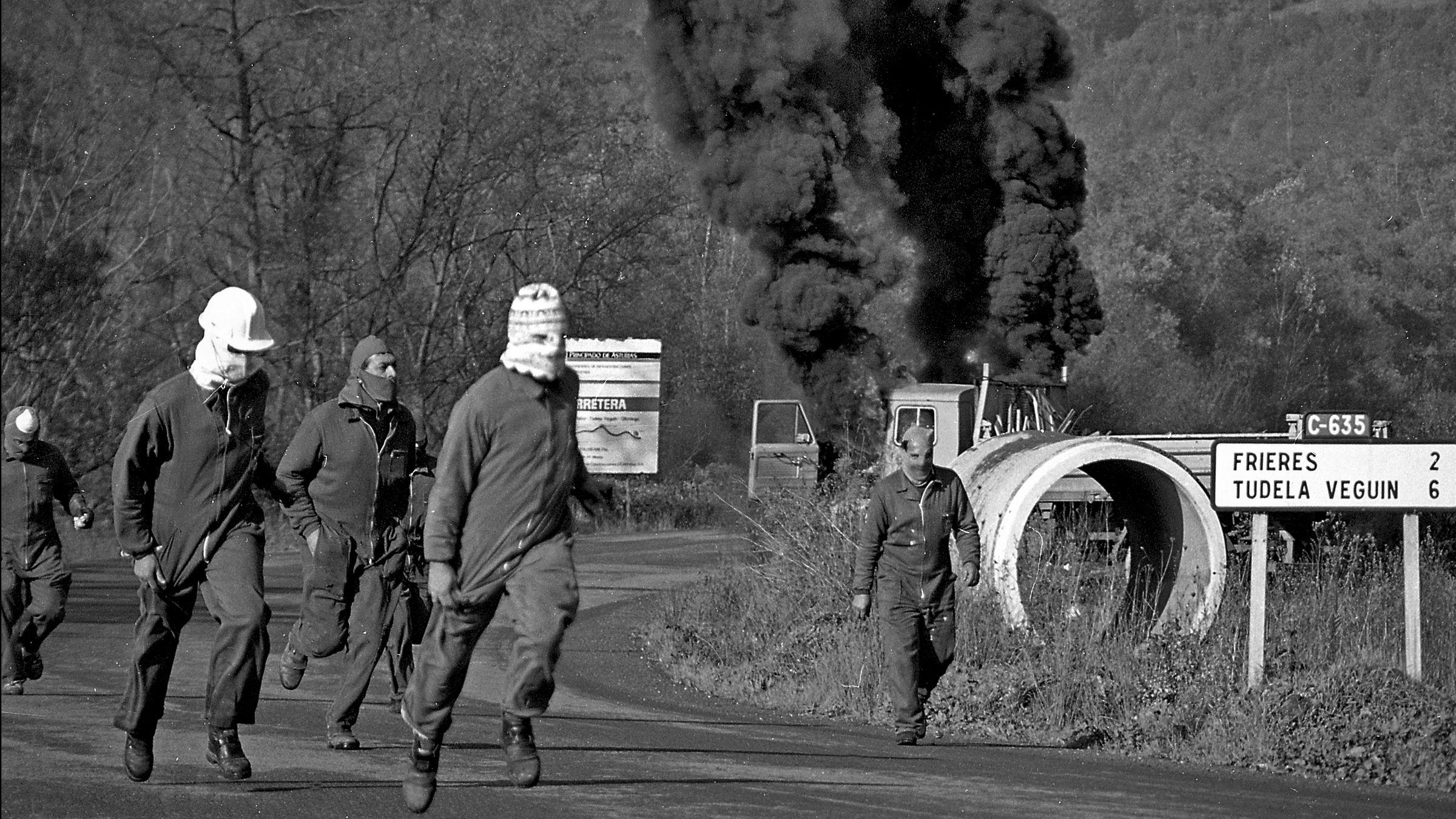 Incendio de un camion de Obras Publicas por los trabajadores despedidos de la empresa Duro-Felguera. Langreo. Asturias 1993