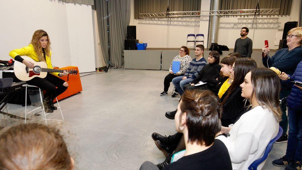Miriam da una charla al coro juvenil del centro de A Almáciga