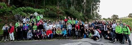 Casi cien aficionados al senderismo y a la naturaleza participaron en la etapa entre Ponteceso y Niñóns del Camiño dos Faros.