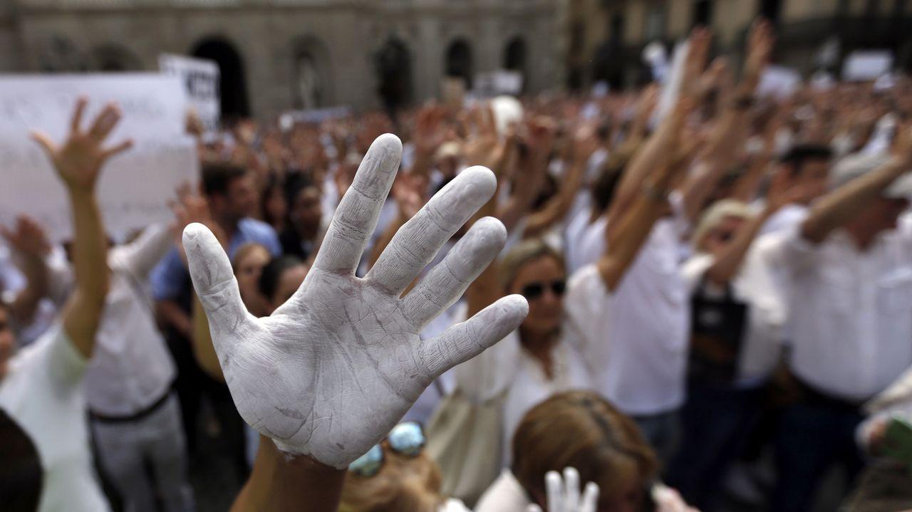 Marchas sin banderas contra la ruptura en decenas de ciudades