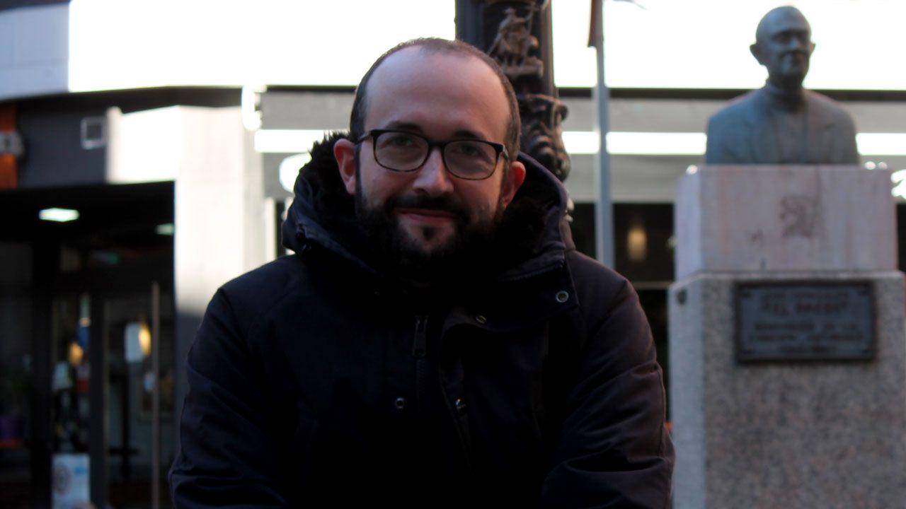 Adrián Arias, a las puertas de la sede de la Federación de Asociaciones de Vecinos de Gijón.Alejandro Díaz Castaño