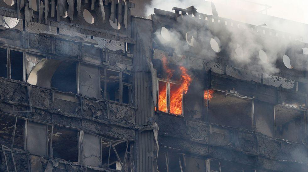 El fuego destruyeuna torre residencial de 24 plantas en Londres.