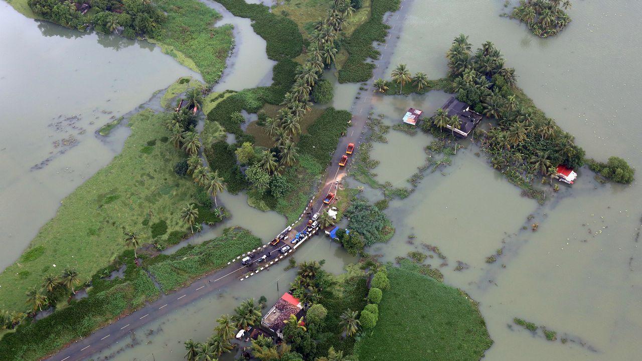 Una vista aérea muestra una carretera parcialmente sumergida en una zona inundada en el estado sureño de Kerala, India.
