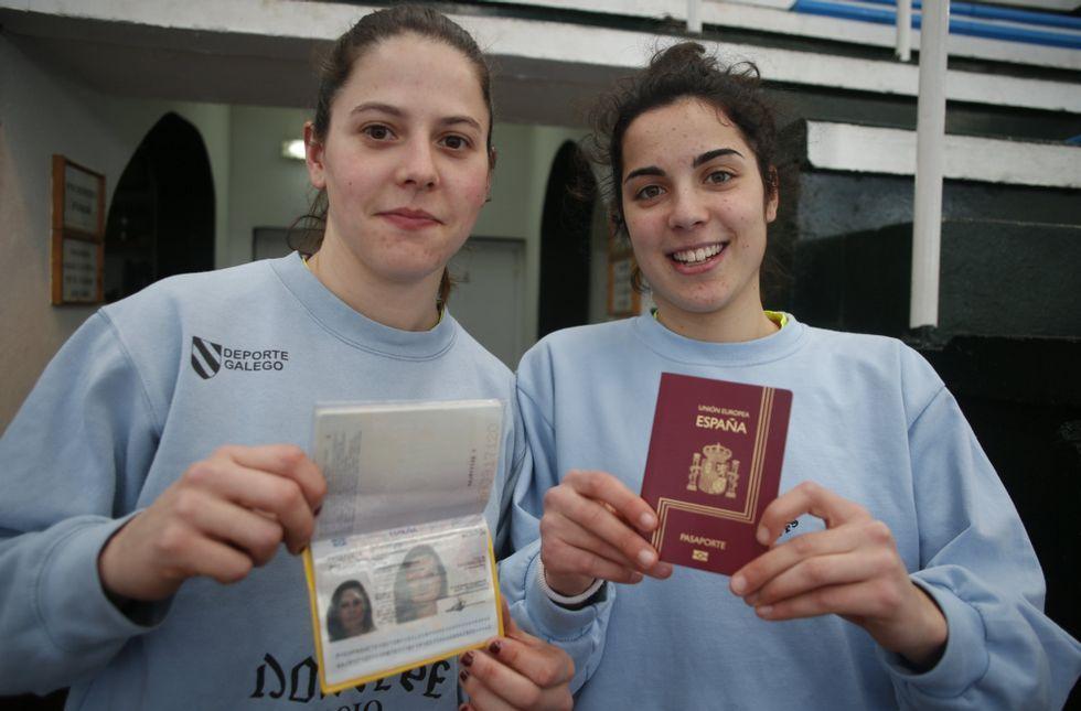 Silvia y Claudia, ayer, con los pasaportes preparados.