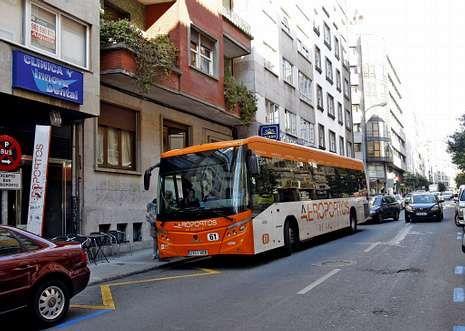 Desde el centro de Santiago hay un autobús que comunica con el aeropuerto de Lavacolla.