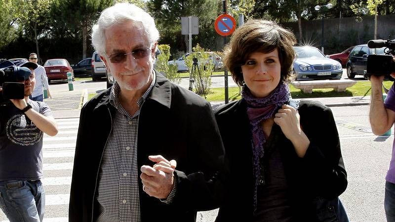 Familiares y amigos despidien a Antonio Morales.Las docentes María de Lourdes Morales (izquierda) y Milagros Otero, ayer en el rectorado.