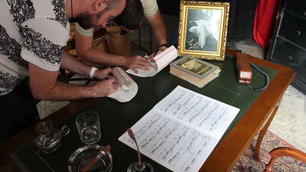 Participantes en la «Yincanta» rellenan su cuestionario