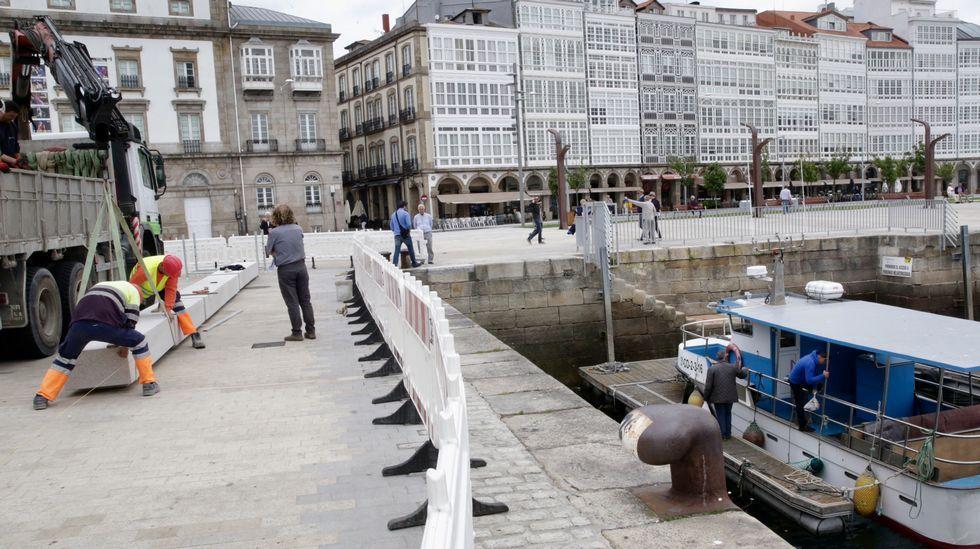 .Colocación banco de piedra en La dársena de A Coruña