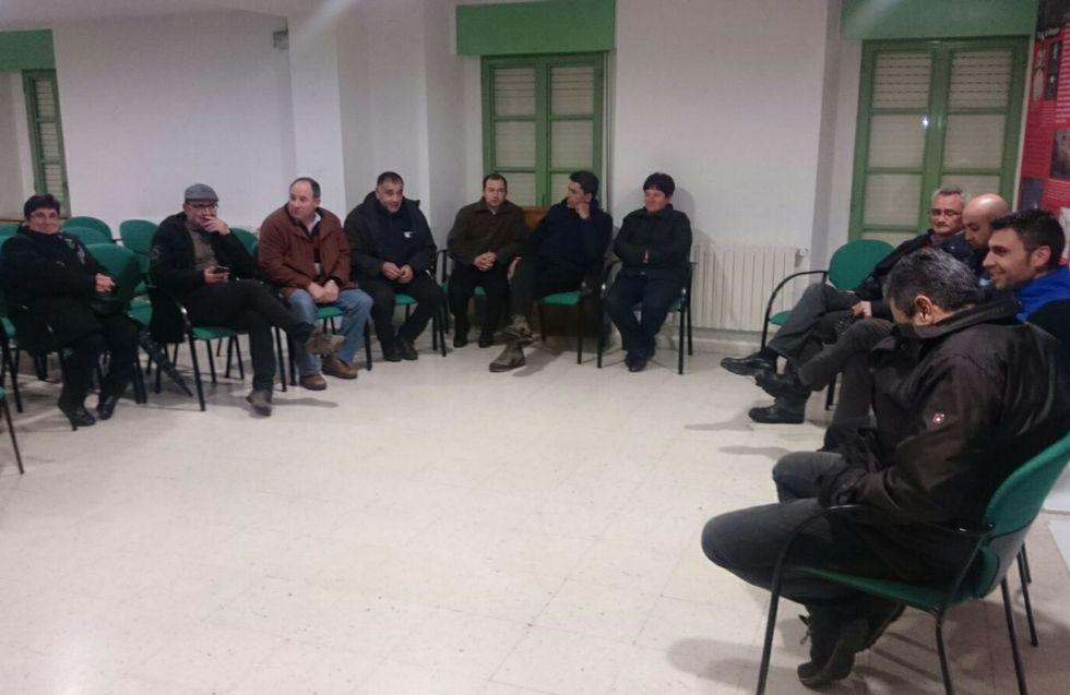 Algunos de los ganaderos afectados se reunieron ayer en Maceda.
