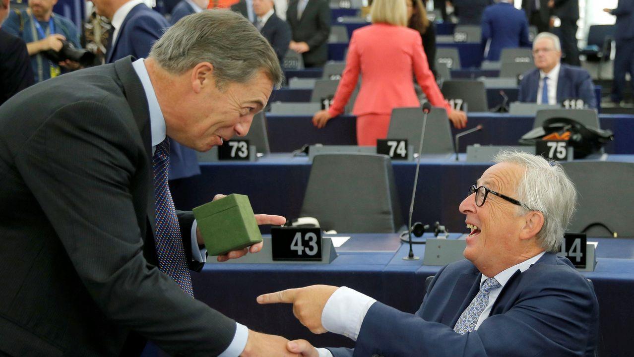 Enemigos en lo ideológico pero amigos en lo personal, el eurófobo se acercó a Juncker y le entregó un regalo. Farage desveló que eran unos calcetines con la Union Jack