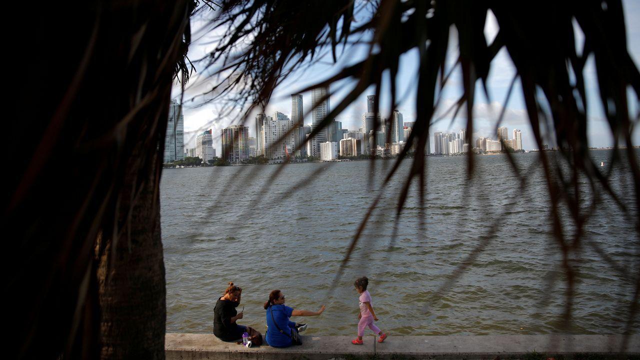 Residentes locales sentados en la bahía Vizcaina.