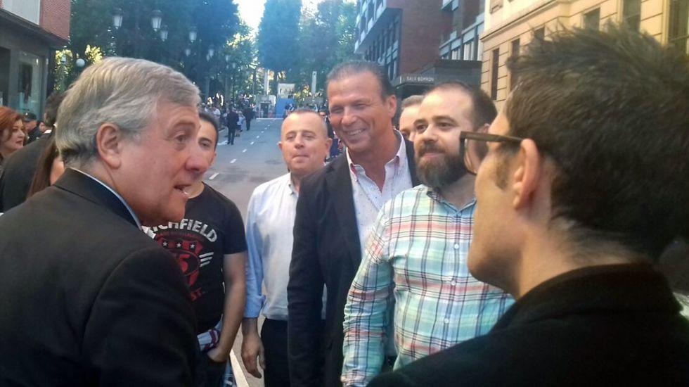 Tajani con los trabajadores de Tenneco. El presidente del Parlamento Europeo, Antonio Tajani (d), y el presidente del Principado, Javier Fernández, se saludan a su llegada hoy a Oviedo